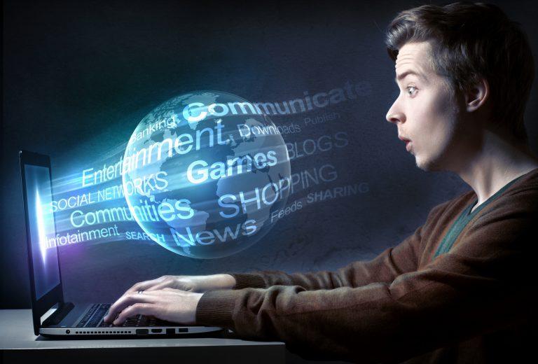 """Das Bild zeigt einen Jugendliche bei der Internetnutzung, die ihm durch verschiedenste Anwendungsmöglichkeiten """"die ganze Welt"""" eröffnet."""