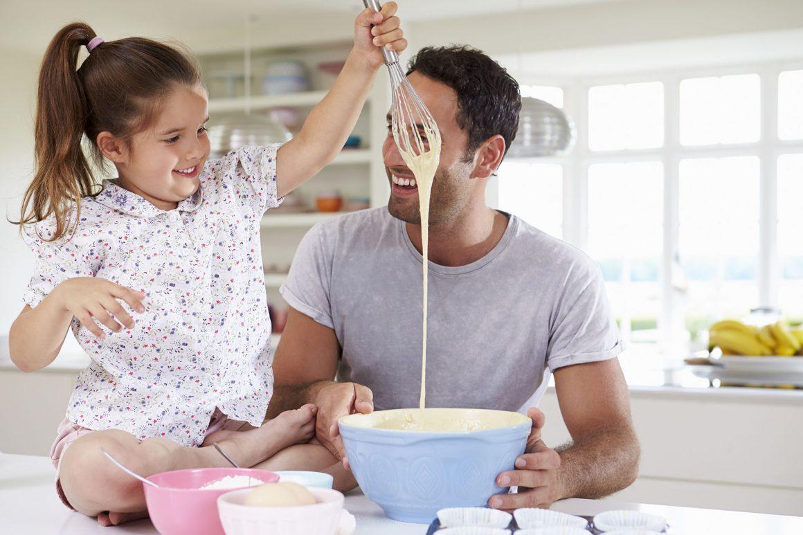 Vater und Tochter backen gemeinsam einen Kuchen